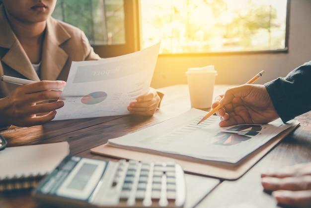 Le travail d'un homme d'affaires. travailler avec le document pour les finances dans les bureaux open space. Photo Premium