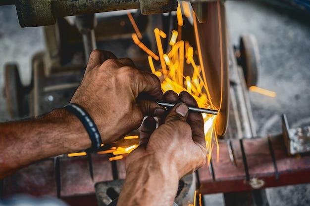 Travail professionnel machiniste a vu la machine ou la coupe des métaux travaillant dans le travail des métaux f Photo Premium