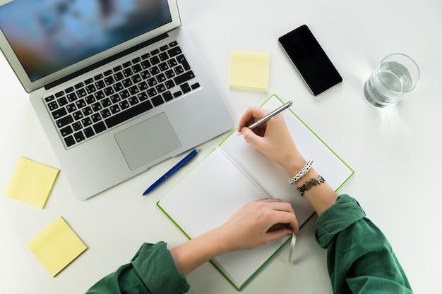 Travailler Au Bureau Avec Bloc-notes Et Ordinateur Portable Photo Premium
