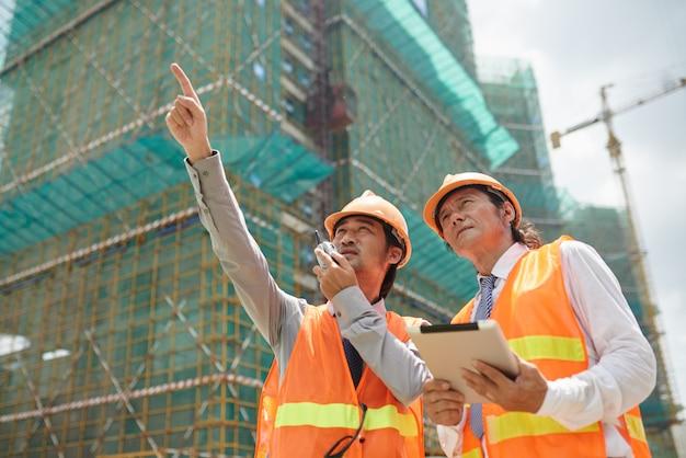 Travailler sur un chantier de construction Photo gratuit