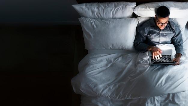Travailler dans le lit Photo Premium