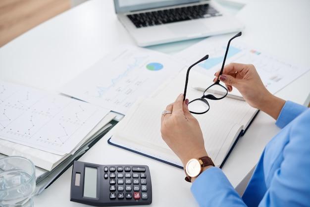Travailler avec des documents financiers Photo gratuit