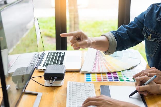 Travailler ensemble avec des concepteurs créatifs travaillant en studio pour effectuer des retouches sur un projet créatif. Photo Premium