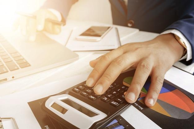 Travailler Sur Un Ordinateur Portable Avec Une Calculatrice Pour Faire Des Affaires Photo Premium