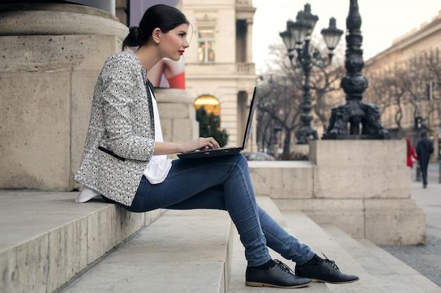 Travailler sur un ordinateur portable dans la rue Photo Premium