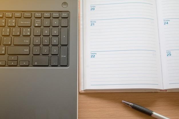 Travailler avec l'ordinateur portable et organiser Photo Premium