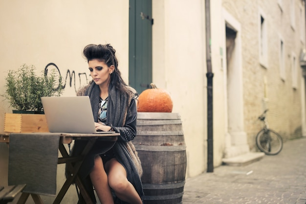 Travailler sur la terrasse d'un bistro Photo Premium