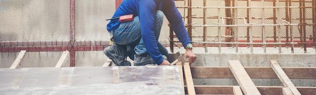 Le Travailleur En Bleu Assis Dur Et Travaillant Avec Chantier Photo Premium