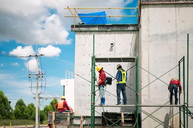 Travailleur de la construction sur l'échafaudage Photo Premium