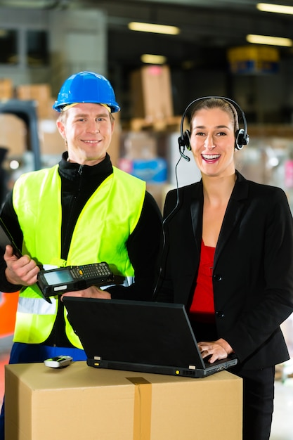 Travailleur d'équipe, conducteur d'entrepôt ou conducteur de chariot élévateur et superviseur de sexe féminin avec ordinateur portable, casque et téléphone portable, dans l'entrepôt de la société d'expédition de fret Photo Premium