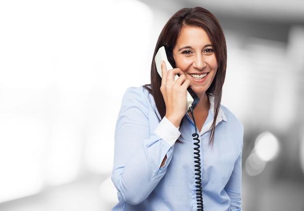 Travailleur avec un grand sourire en parlant au téléphone Photo gratuit