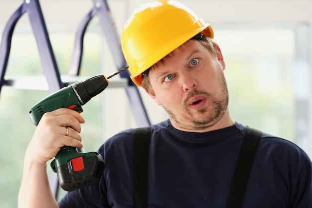 Travailleur Idiot à L'aide D'une Perceuse électrique Photo Premium