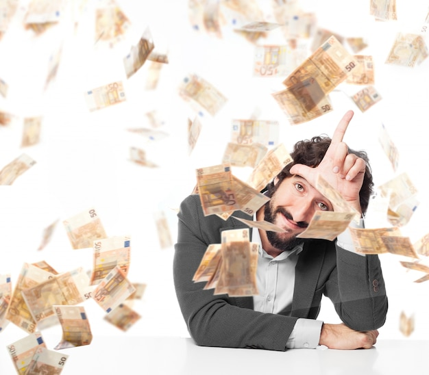 Travailleur Montrant Un Geste De La Main Tout En Pleuvoir L'argent Photo gratuit