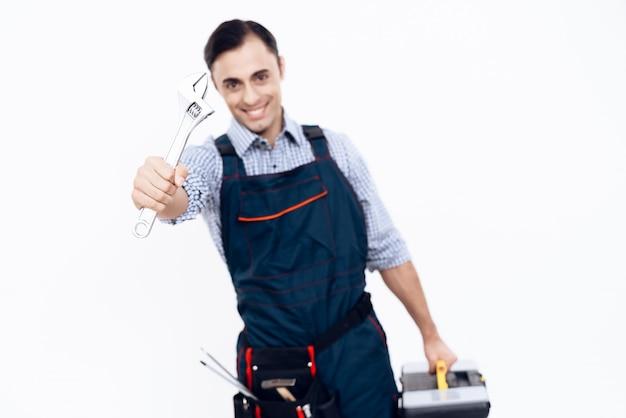 Travailleur avec outils et clé Photo Premium