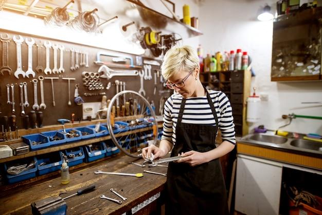Travailleur Professionnel Belle Femme Clé De Nettoyage Dans L'atelier. Photo Premium