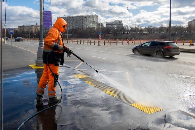 Travailleur Routier Nettoyage Rue De La Ville Avec Nettoyeur Haute Pression, Moscou, Russie Photo Premium