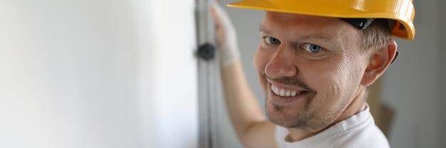 Travailleur Souriant Portant Un Casque Photo Premium