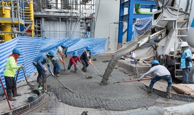 Travailleurs Sur Le Chantier De Construction De Dalles De Béton Photo Premium