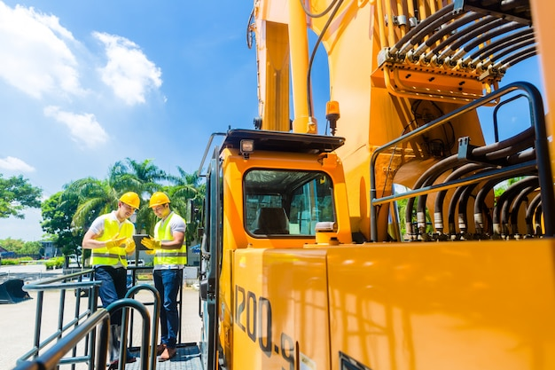 Travailleurs de la construction discutant des plans Photo Premium