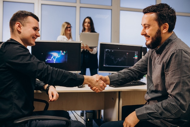 Les Travailleurs D'une Entreprise Informatique Travaillant Sur Un Ordinateur Photo gratuit
