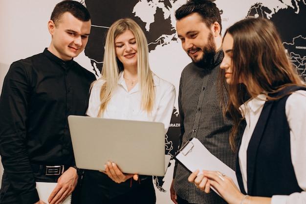 Travailleurs D'équipe D'entreprise Dans Une Entreprise Informatique Photo gratuit