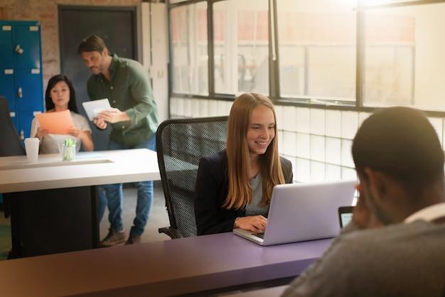 Travailleurs occupés à travailler dans des bureaux modernes Photo Premium
