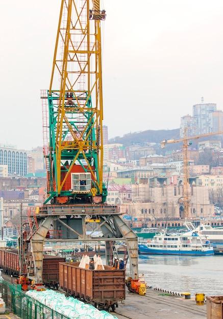 Les travailleurs ont chargé des sacs dans le port. Photo Premium