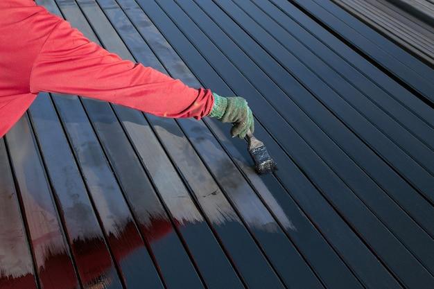Les travailleurs peignent les sols en acier. Photo Premium