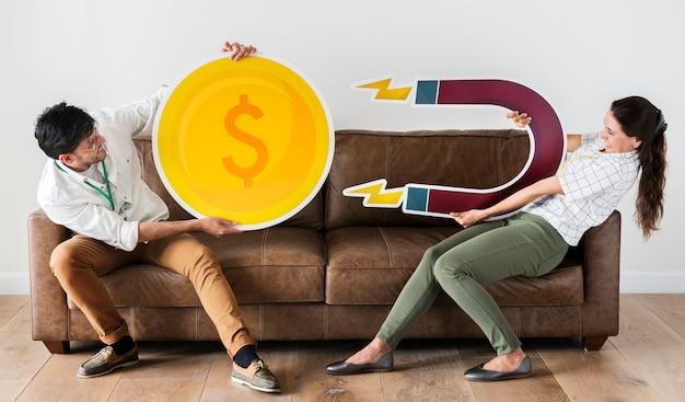 Travailleurs tenant des icônes de devise et de force magnétique Photo Premium