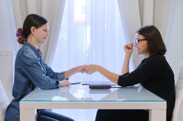 Travailleuse Sociale Parlant à Une Adolescente Photo Premium
