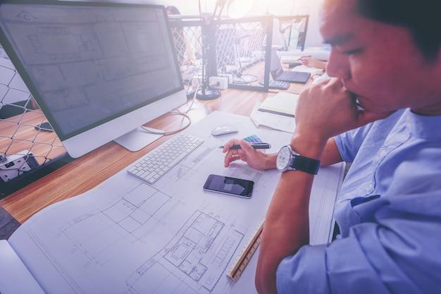 Travaux d'architecture esquisse sur un projet architectural sur un chantier de construction au bureau d'un bureau Photo Premium