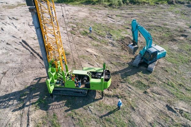 Travaux de battage de pieux sur un chantier de construction Photo Premium