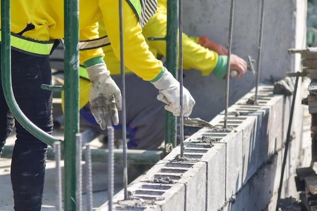 Travaux de maçonnerie sur un chantier de construction domiciliaire Photo Premium
