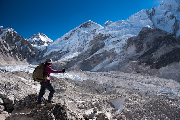 Trekker trek sur le camp de base everest 3 passe sur lobuche à gokyo, népal en hiver Photo Premium