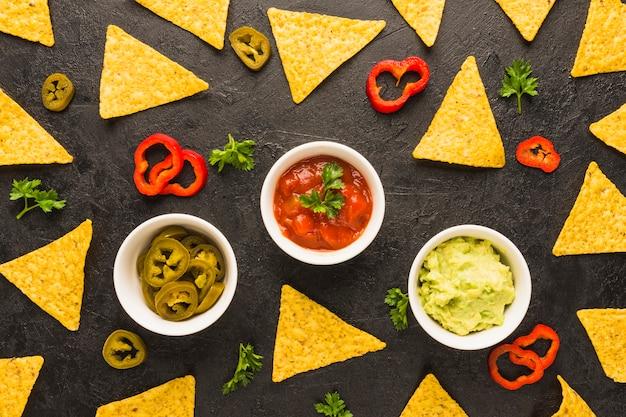 Tremper des chips de nacho Photo gratuit