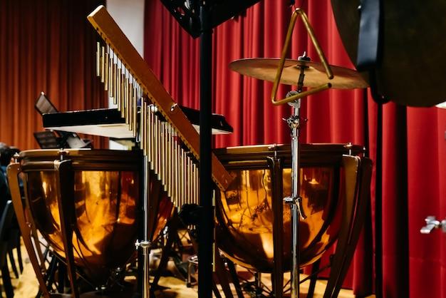 Des trépieds pour tenir des instruments de musique à percussion. Photo Premium