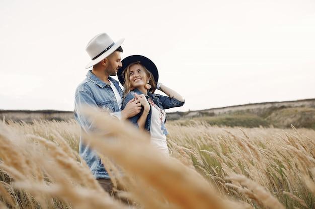 Très beau couple dans un champ de blé Photo gratuit