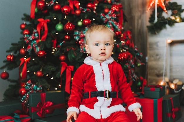 Très Mignon Petit Garçon De Bébé En Bas âge Portant Le Costume De Père Noël Photo Premium