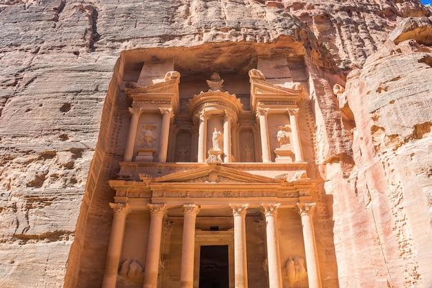 Le trésor est l'un des temples les plus élaborés de l'ancienne ville du royaume nabatéen arabe de petra, en jordanie. Photo Premium