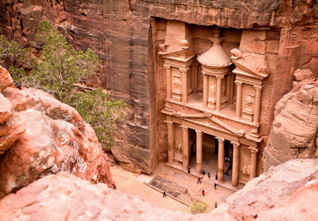La trésorerie. ancienne ville de petra creusée dans le roc, jordanie Photo Premium
