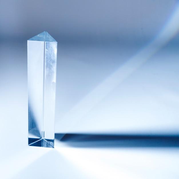 Triangulaire cristal long diamant sur fond coloré Photo gratuit