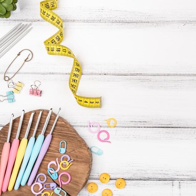 Tricot crochets sur table en bois Photo gratuit