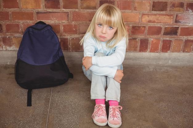 Triste élève Assis Seul Sur Le Sol Photo Premium