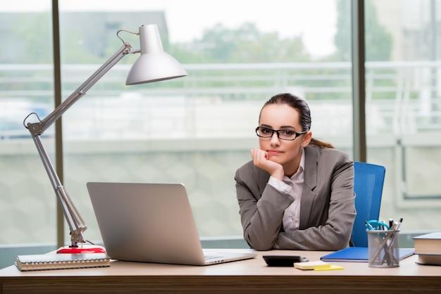 Triste femme d'affaires travaillant à son bureau Photo Premium
