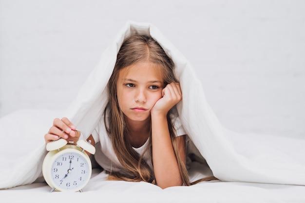 Triste petite fille pas prête à se réveiller Photo gratuit