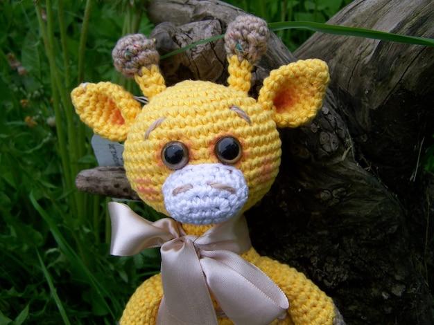 Triste petite girafe au crochet, pessimisme. fait à la main, jouet, amigurumi. Photo Premium