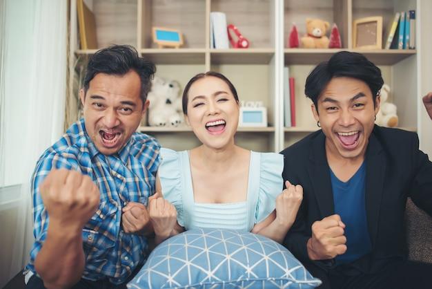 Trois amis sont heureux après avoir regardé la télévision Photo gratuit