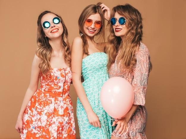 Trois Belles Femmes Souriantes En Chemise D'été à Carreaux. Filles Posant. Modèles Avec Des Ballons Colorés Dans Des Lunettes De Soleil. S'amuser, Prêt Pour L'anniversaire Ou La Fête De Vacances Photo gratuit