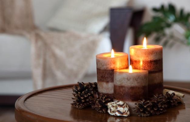 Trois bougies allumées. décoration de maison. décoration du salon. Photo Premium