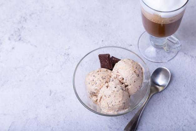 Trois Boules De Crème Glacée Et Une Tasse De Café Photo Premium